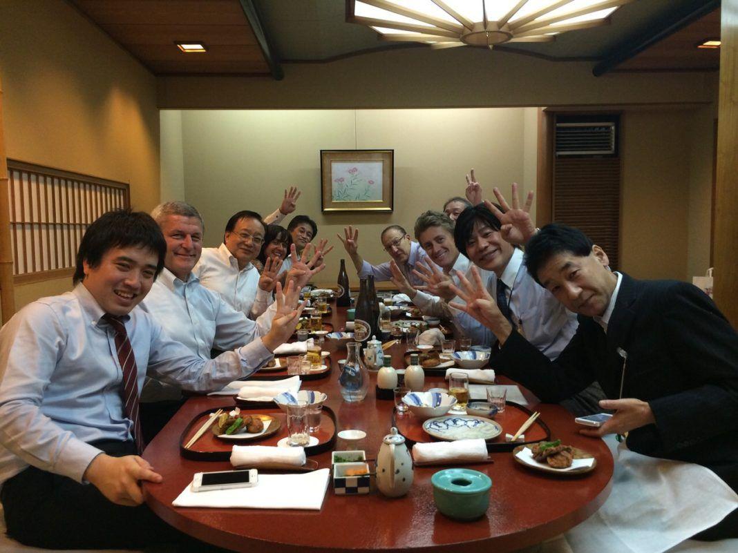 gruppo persone a tavola